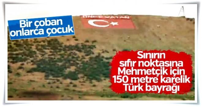 Mehmetçik'e moral vermek için sınıra Türk bayrağı