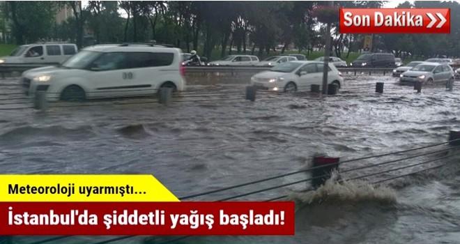İstanbul'da şiddetli yağış başladı! Bir binaya yıldırım düştü
