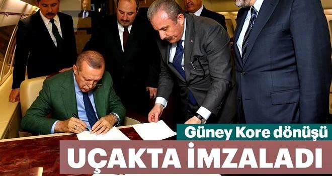 Cumhurbaşkanı Erdoğan uçakta Cumhur İttifakı protokolünü imzaladı