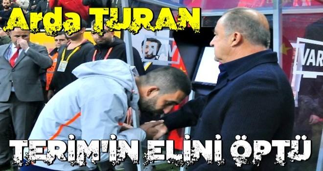 Arda Turan, Fatih Terim'in elini öptü