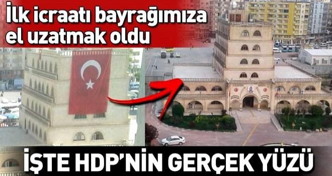 HDP'nin Mardin'de ilk icraatı Türk bayrağını indirmek oldu .