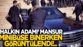 """""""Halk adamı"""" Mansur minibüse binerken görüntülendi!.."""